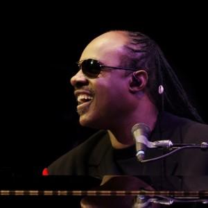 L'UOMO CHE TRASFORMA IN RITMO TUTTO QUELLO CHE TOCCA: Stevie Wonder @ Lucca Summer Festival 2014 – 20/7/2014