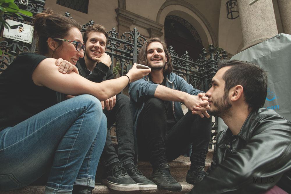 """Molto punk: ci siamo seduti su dei gradini con scritto """"vietato sedersi"""""""